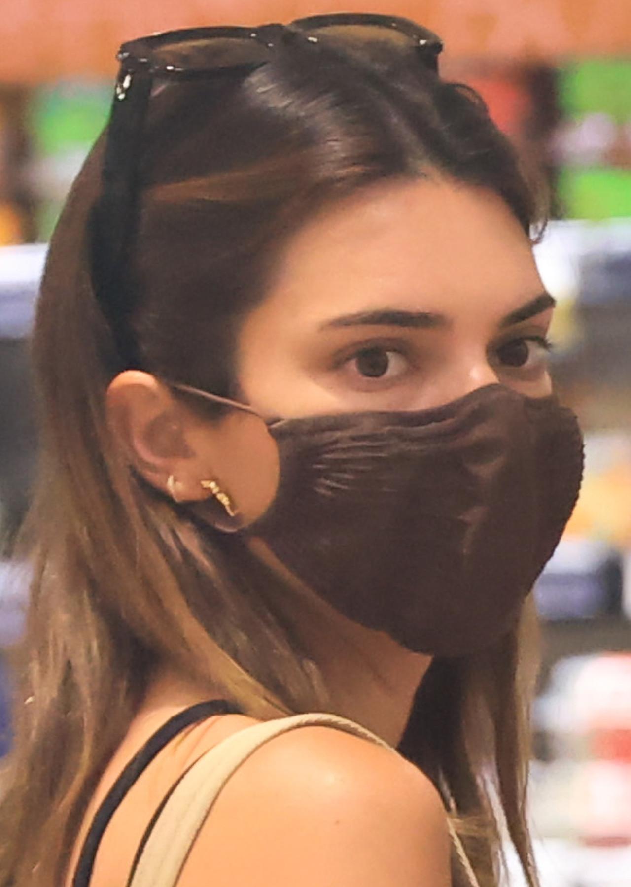 Kendall Jenner na zakupach spożywczych.