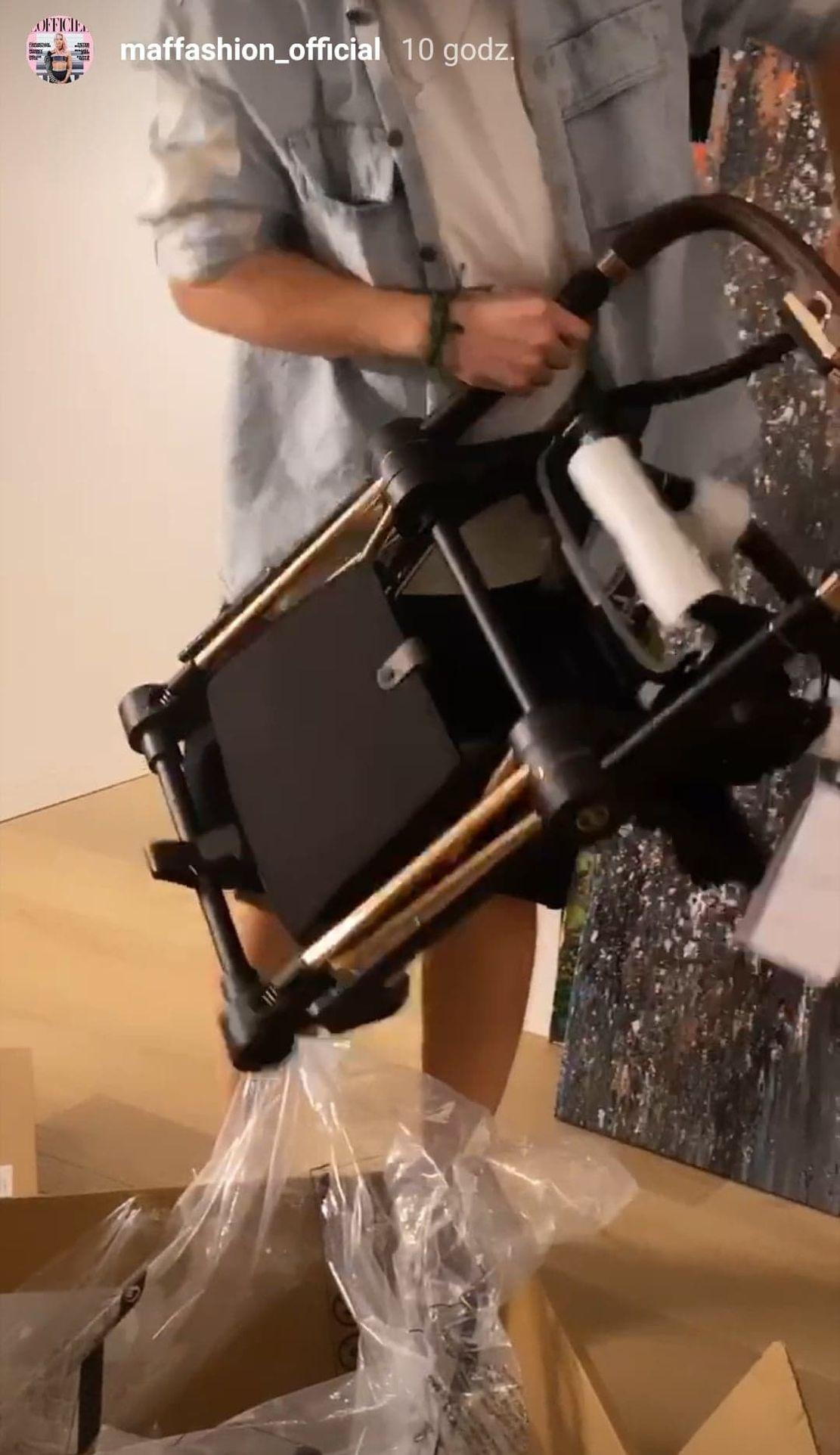 Sebastian Fabijański składa wózek