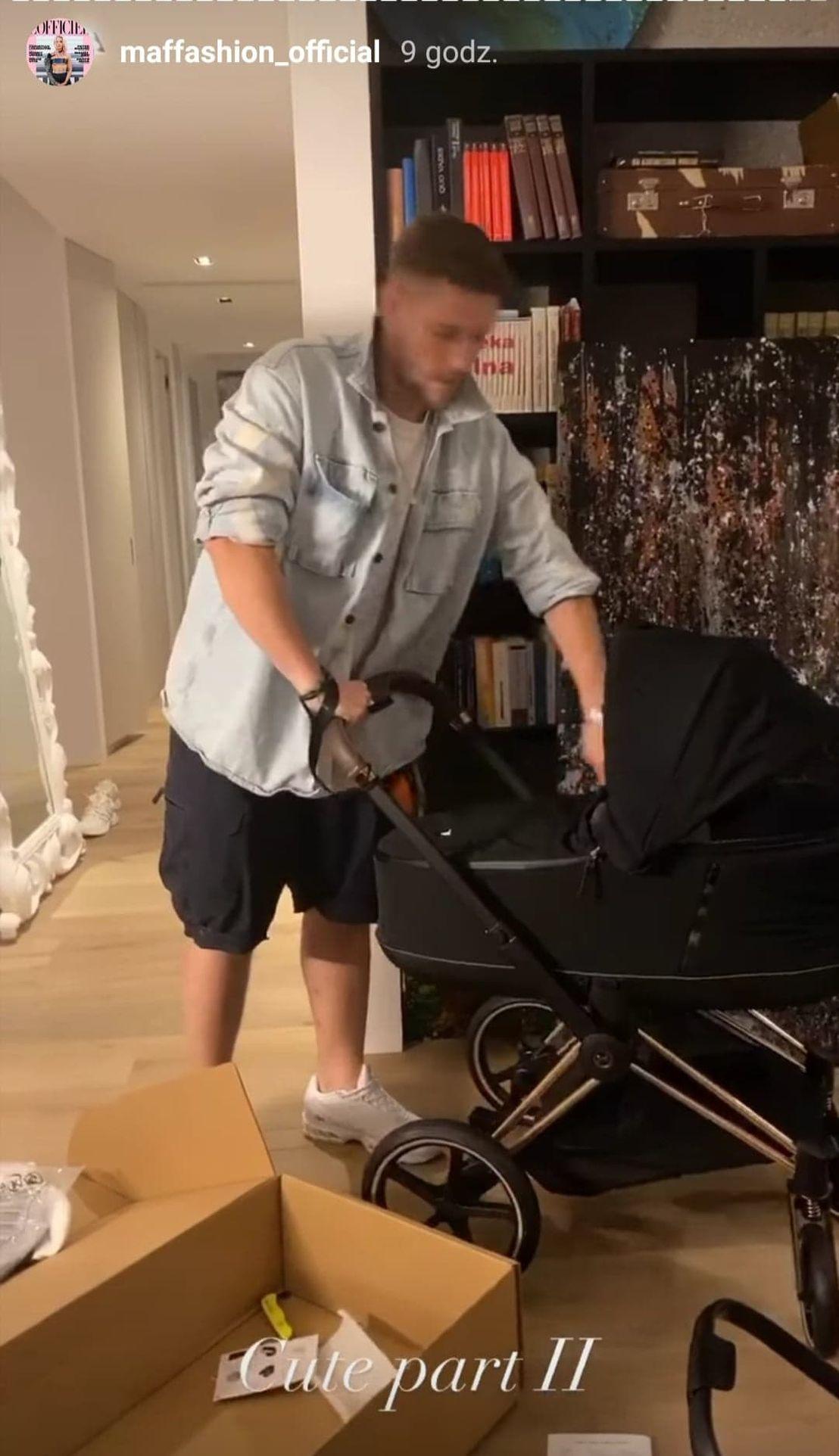Sebastian Fabijański z wózkiem