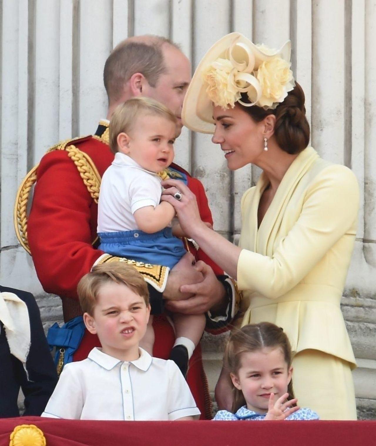 Książę William i Księżna Kate z dziećmi na oficjalnym wystąpieniu.