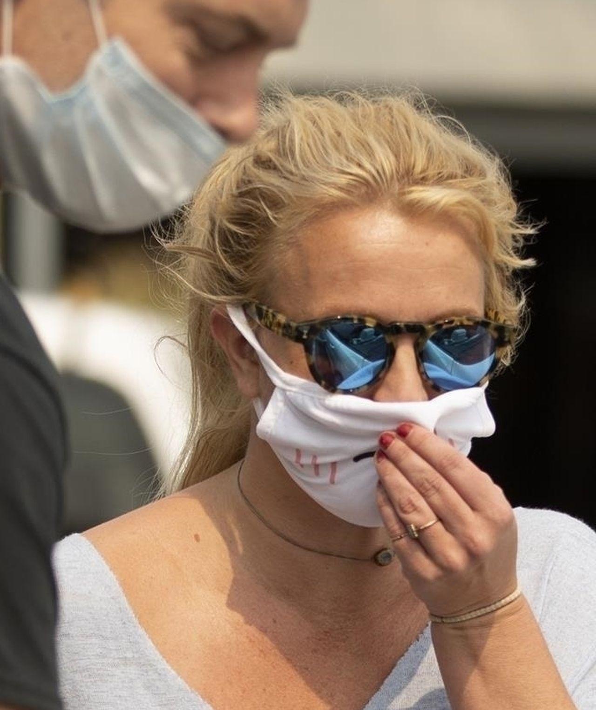 Britney Spears w maseczce i okularach