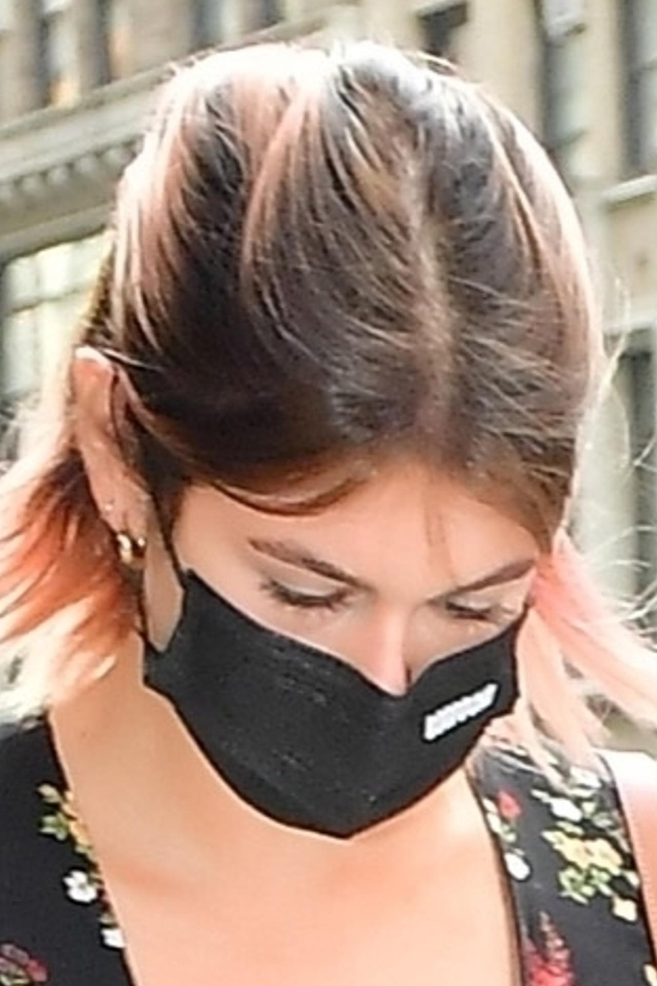 Kaia Gerber w maseczce na twarzy.