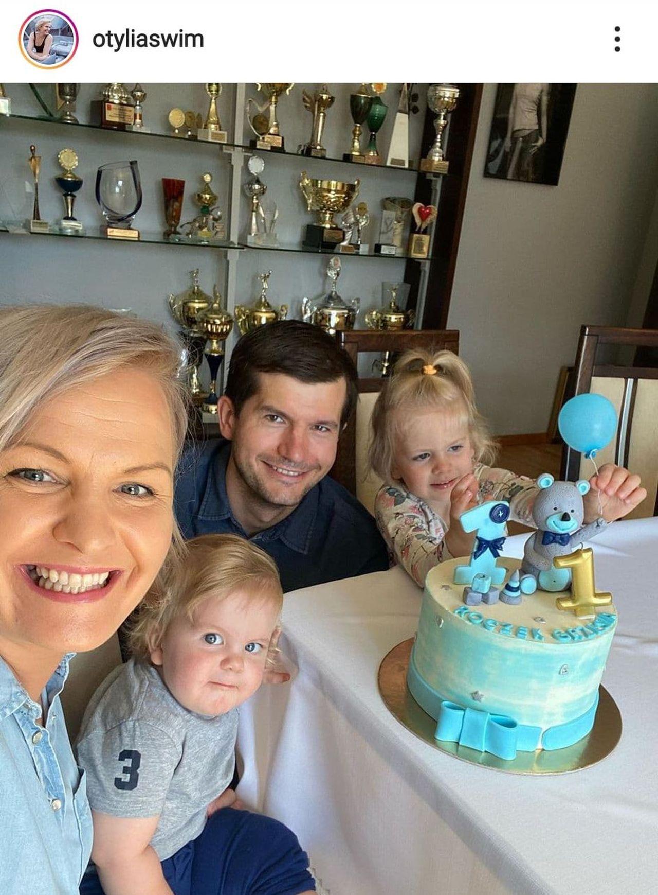 Otylia Jędrzejczak z rodziną i tortem