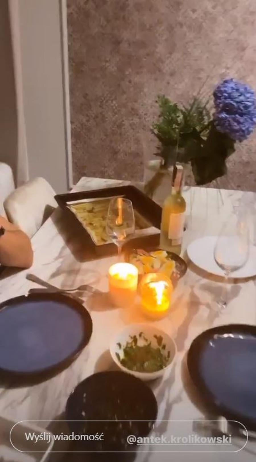 Romantyczna kolacja przygotowana przez Joannę Opozdę.