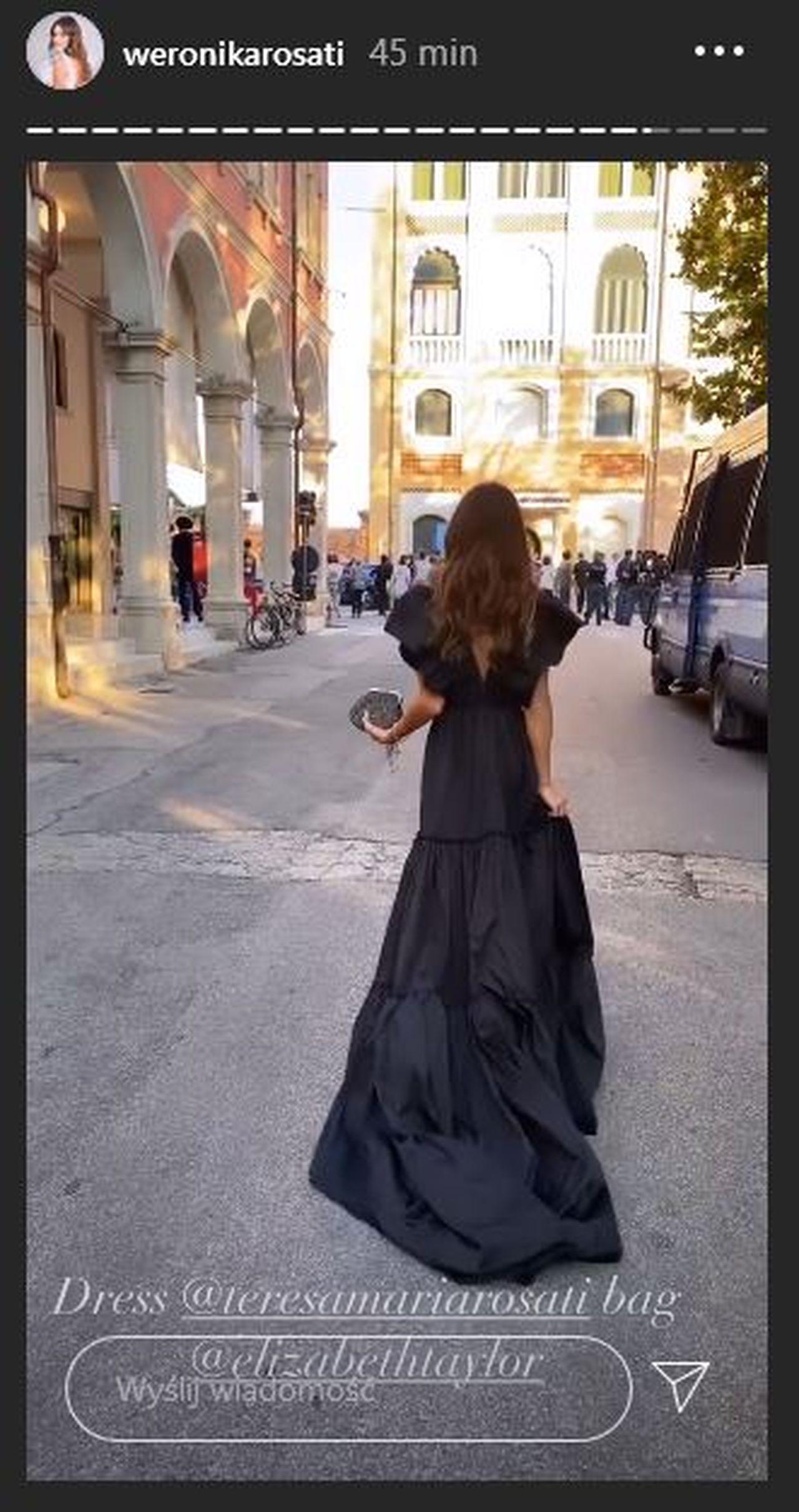 Weronika Rosati w czarnej sukni z trenem