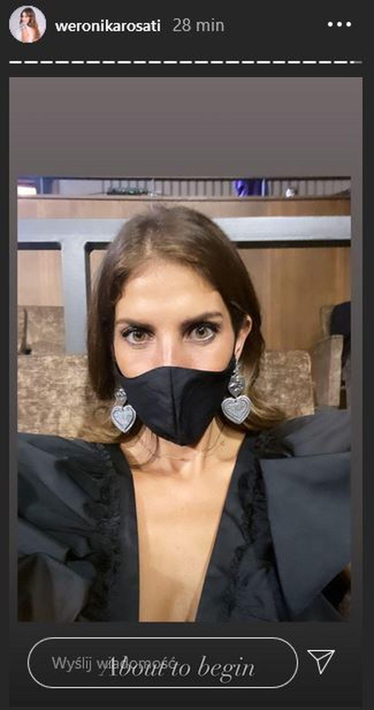 Weronika Rosati w czarnej maseczce