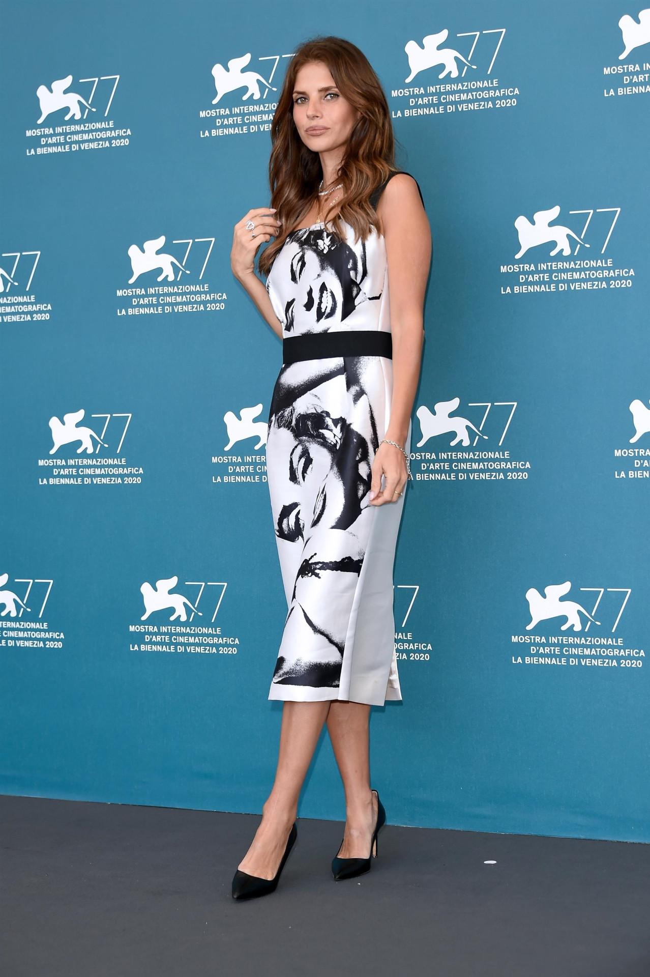 Weronika Rosati w białej sukience, fot. Forum