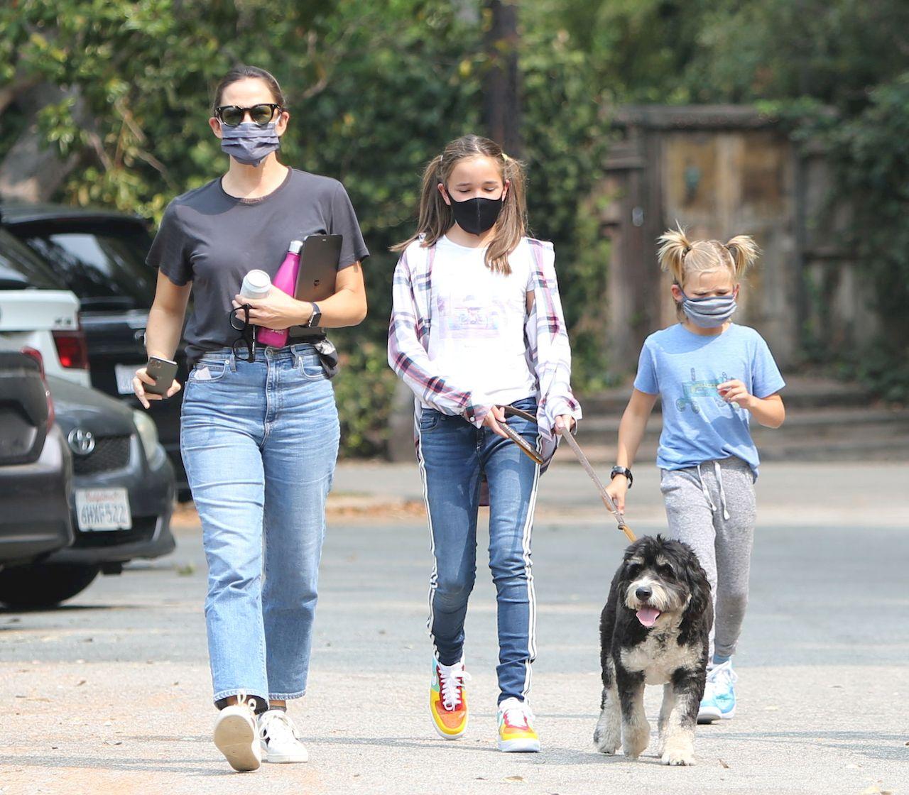 Jennifer Garner na spacerze z dziećmi