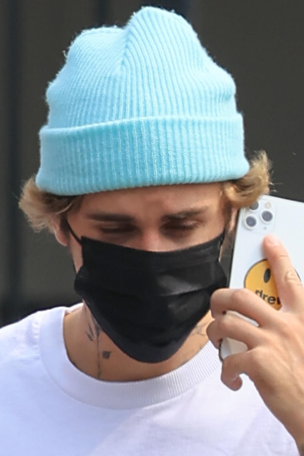 Justin Bieber rozmawia przez telefon.