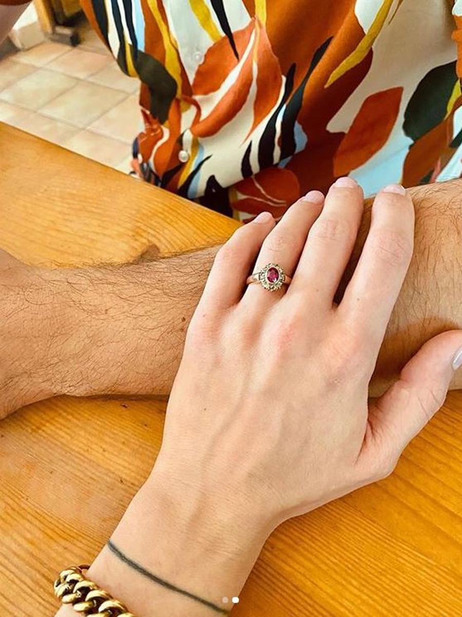 Lara Gessler pokazała pierścionek zaręczynowy.
