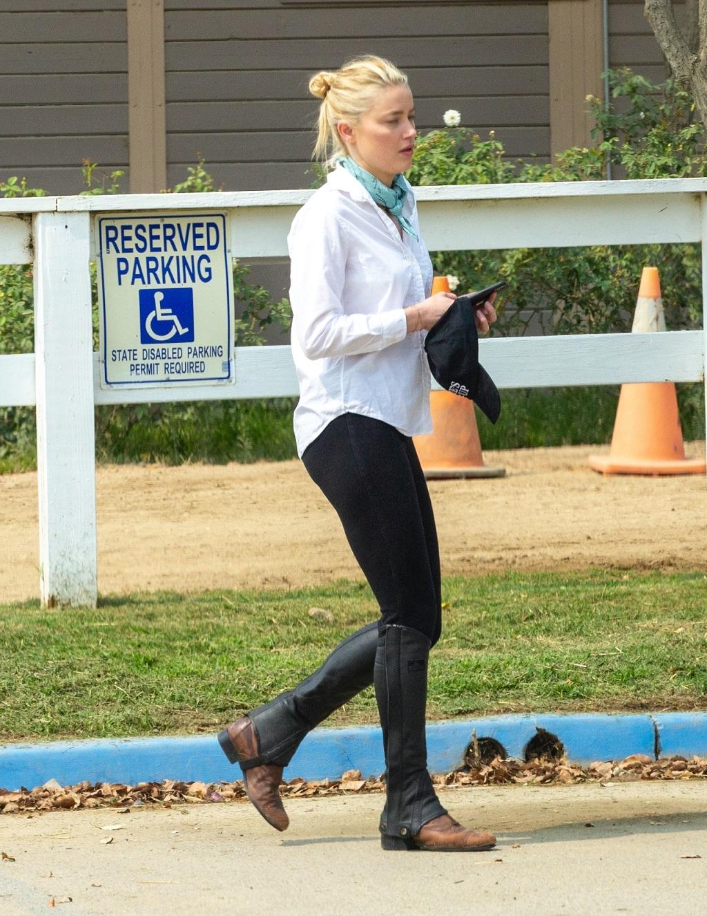 Amber Heard po stresach związanych z rozwodem relaksuje się w stadninie koni.