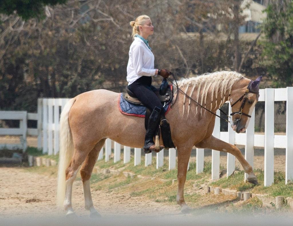 Amber Heard relaksuje się na świeżym powietrzu.