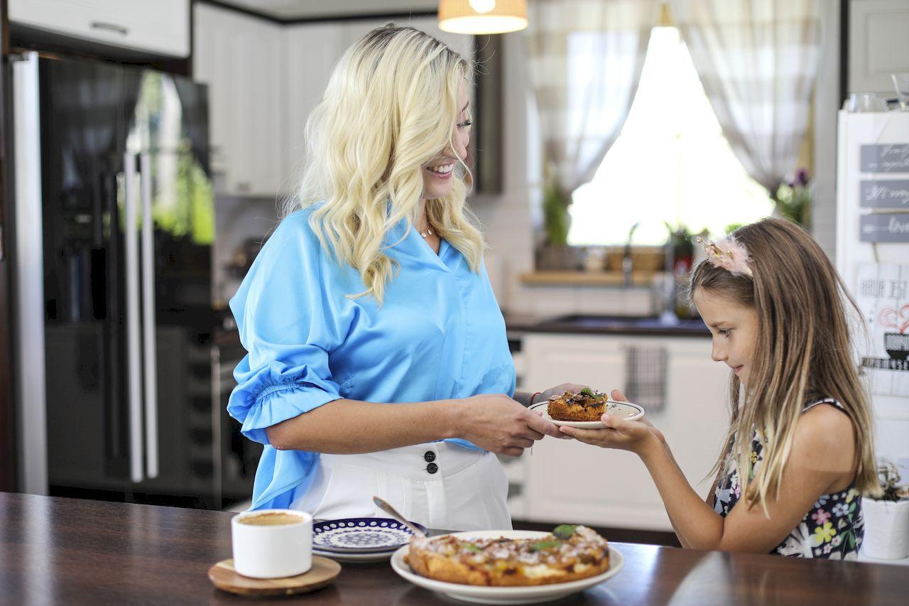 Justyna Żyła z córką Karoliną w kuchni