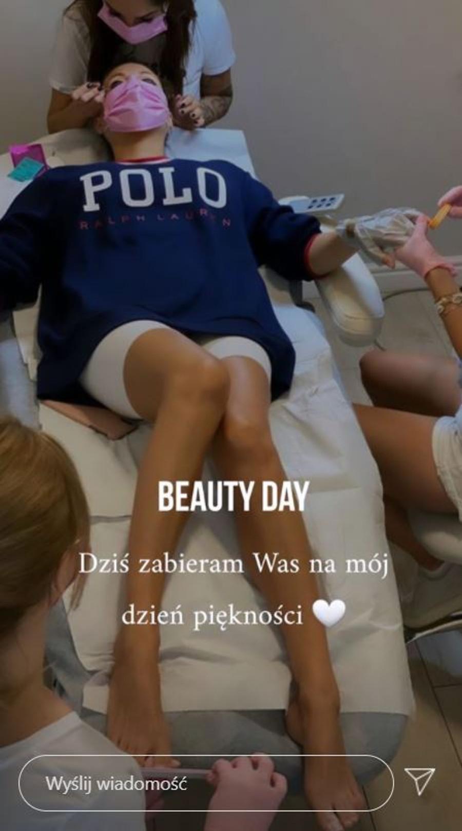 Małgorzata Rozenek otoczona przez sztab kosmetologów.