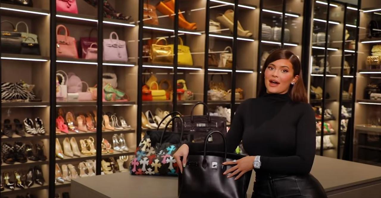 Kylie Jenner pokazała, co ma w torebce.