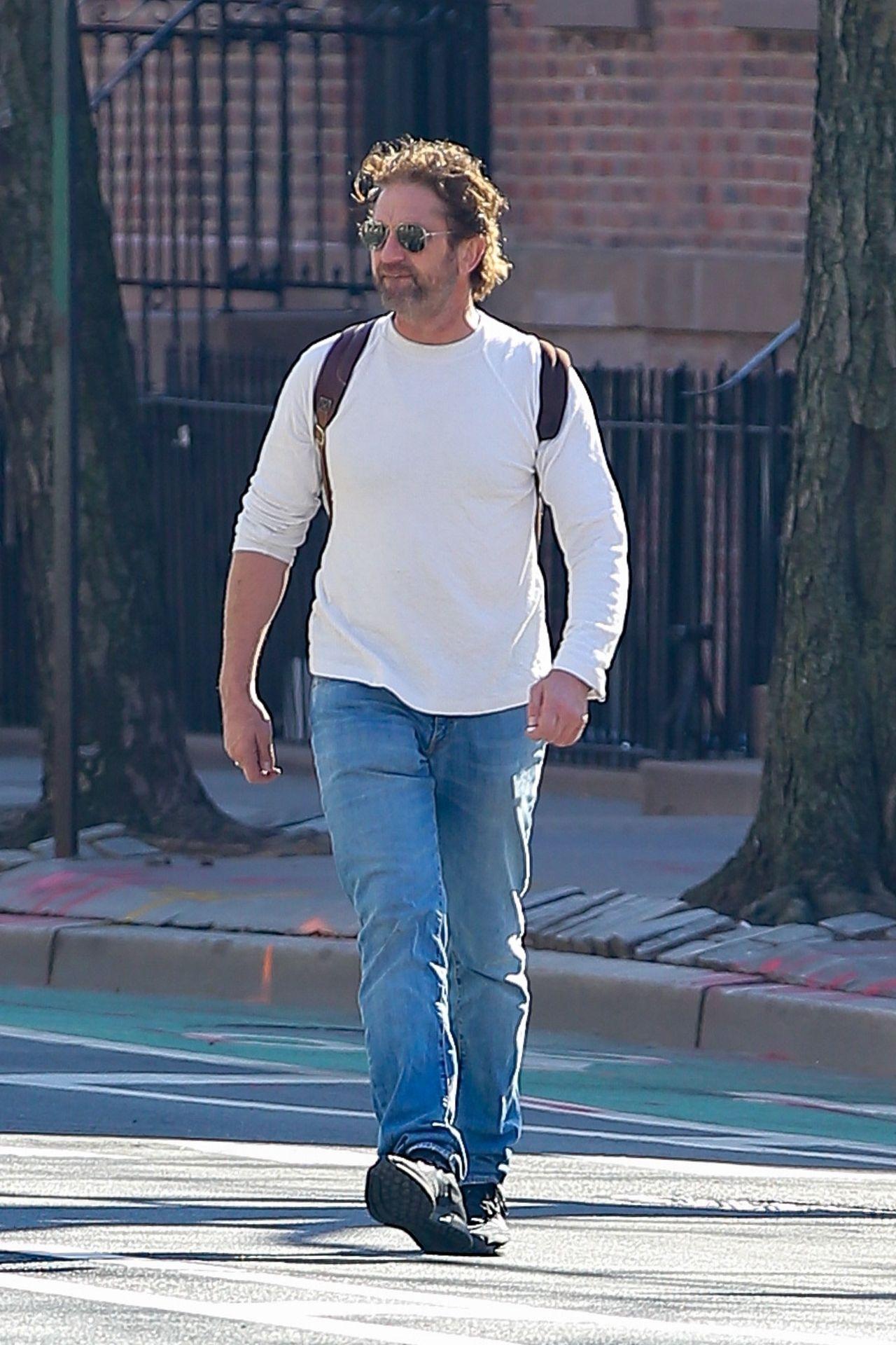 Gerard Butler przechodzi przez ulicę