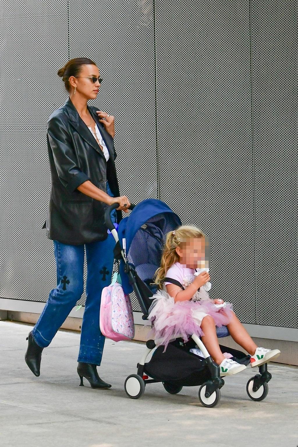 Irina Shayk z córką na spacerze.