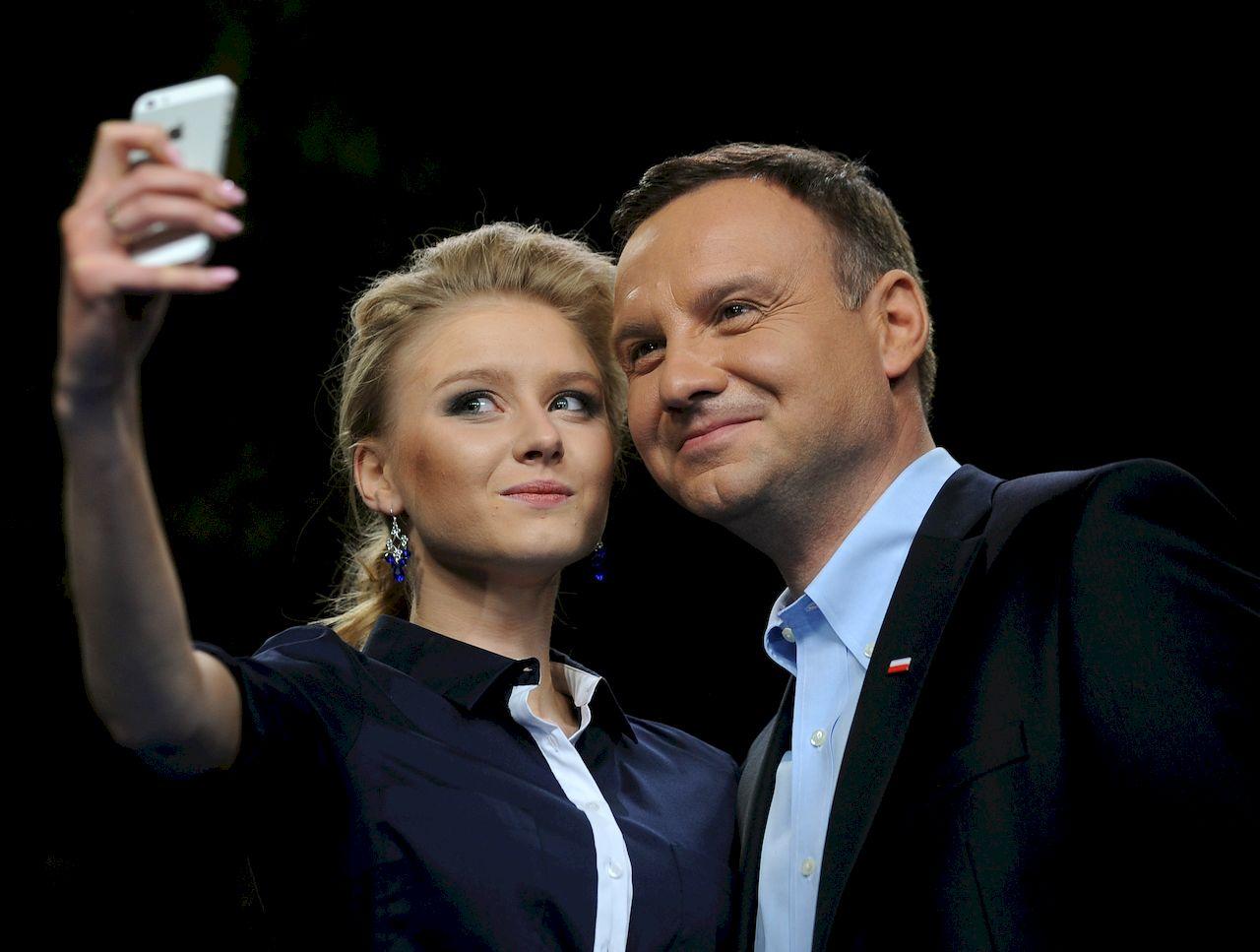 Andrzej Duda (PiS)zcórką Kingą Dudą podczas spotkania z młodzieżą