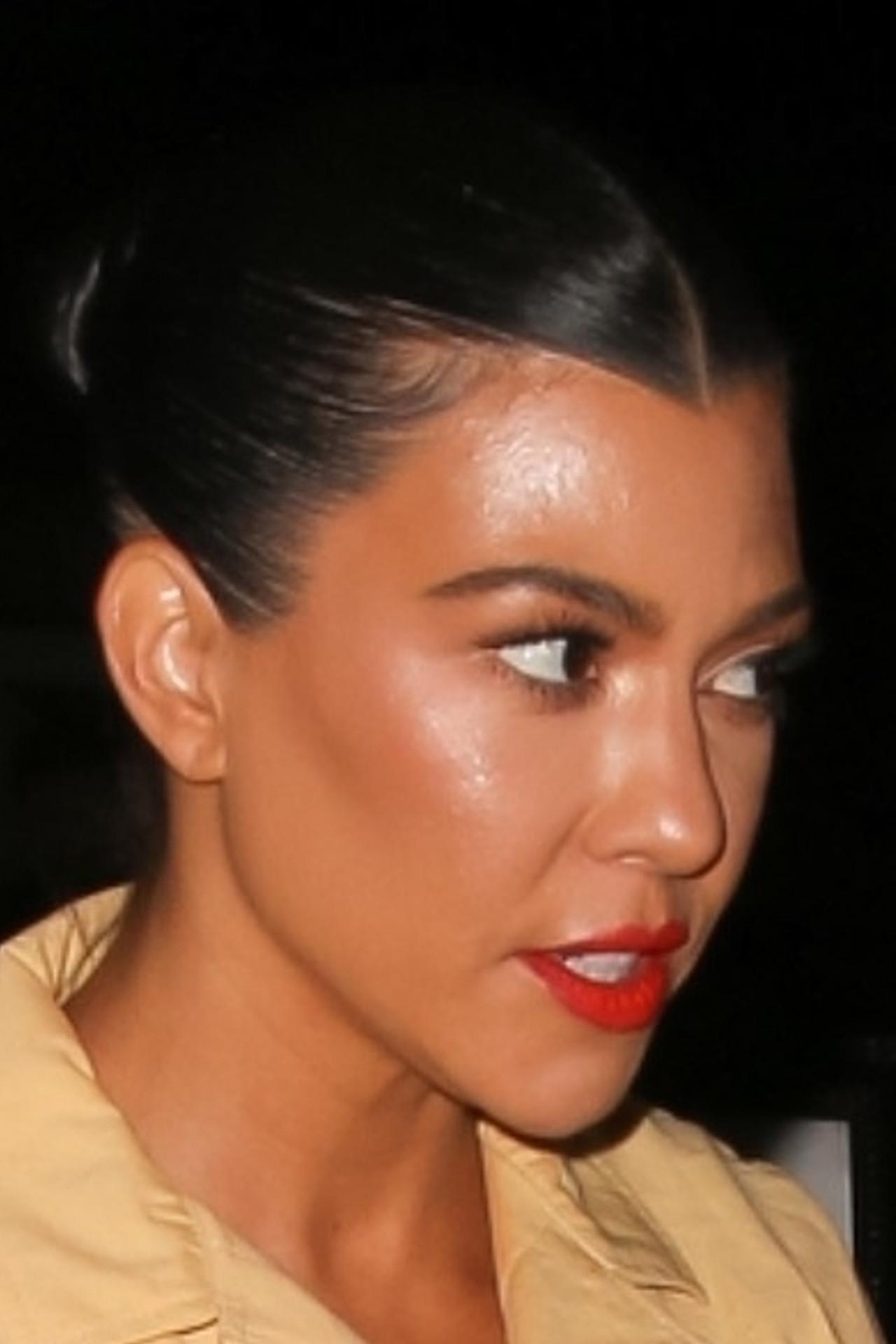 Kourtney Kardashian na kolacji z przyjaciółką.