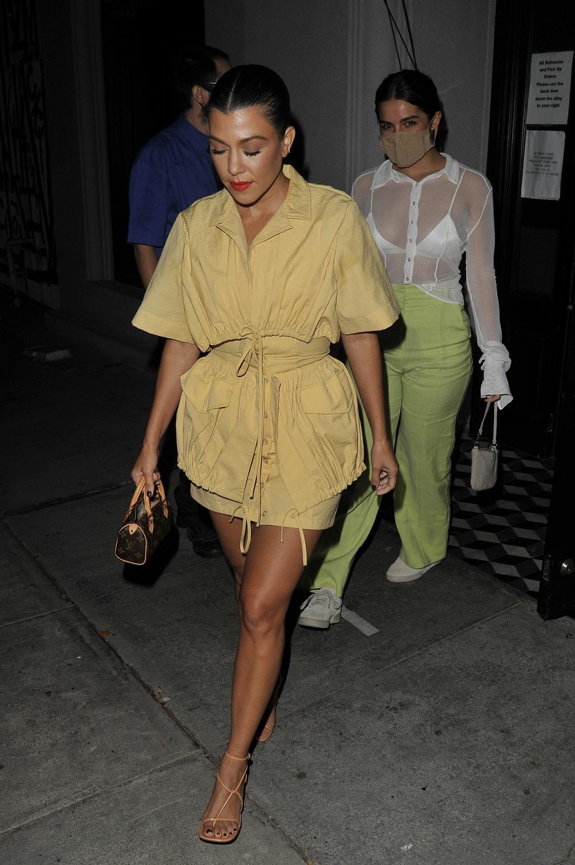 Stylowa Kourtney Kardashian w żółtej mini.