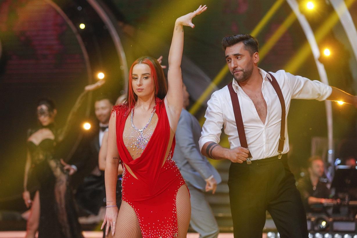 Sylwia Lipka i Rafał Maserak tańczą rumbę.