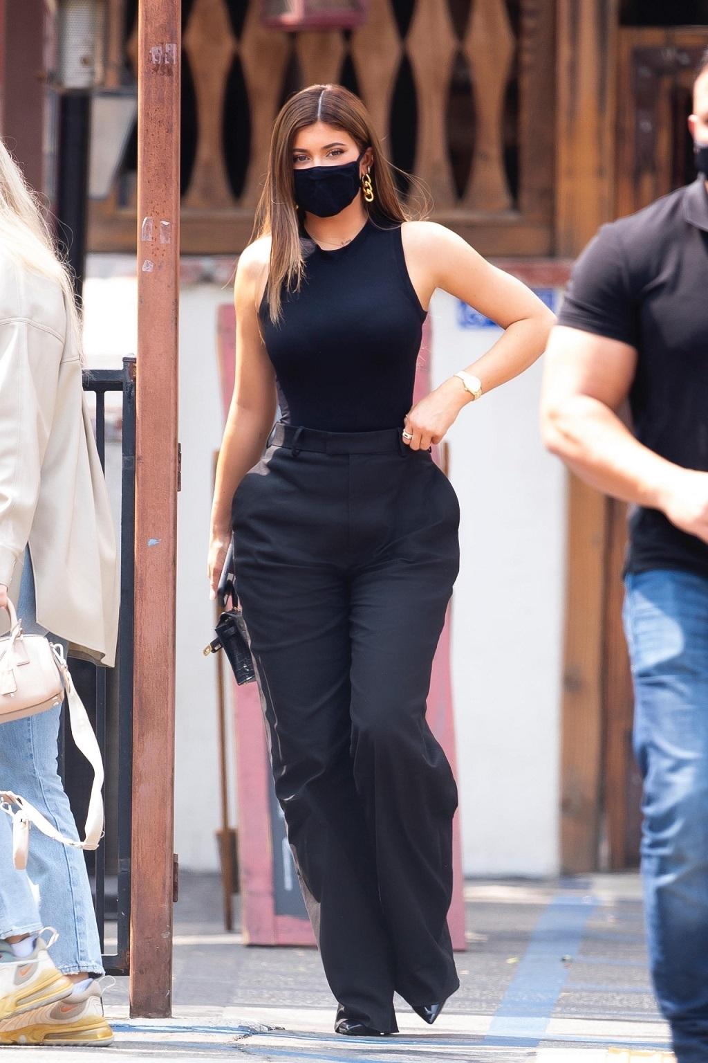 Kylie Jenner w spodniach podkreślających talię.