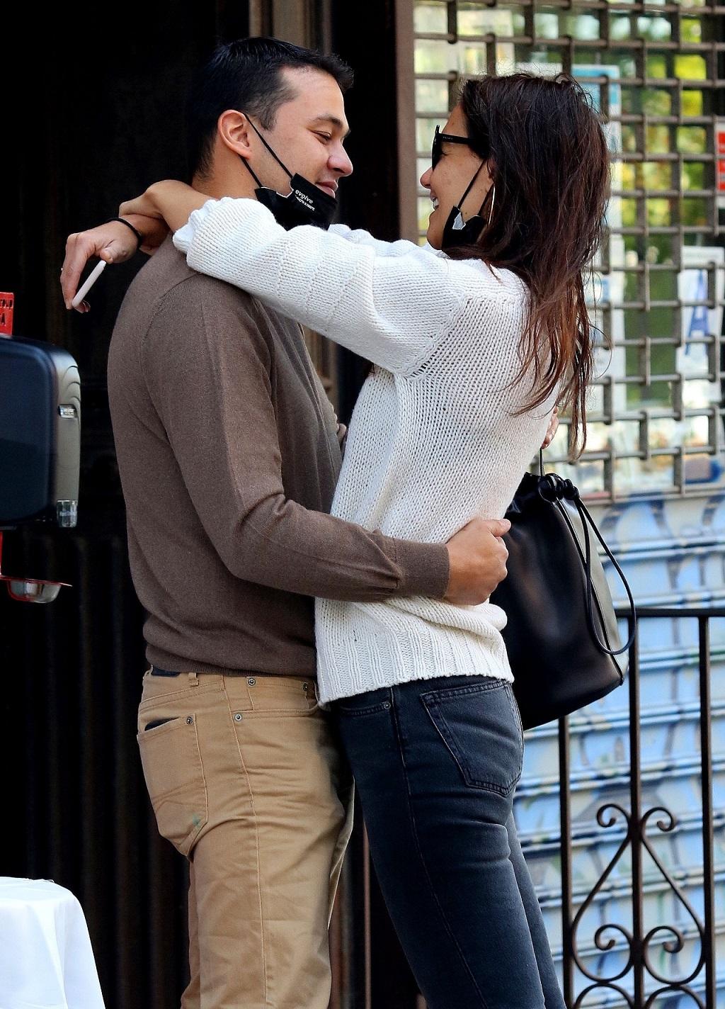 Katie Holmes przytula się do nowego chłopka.