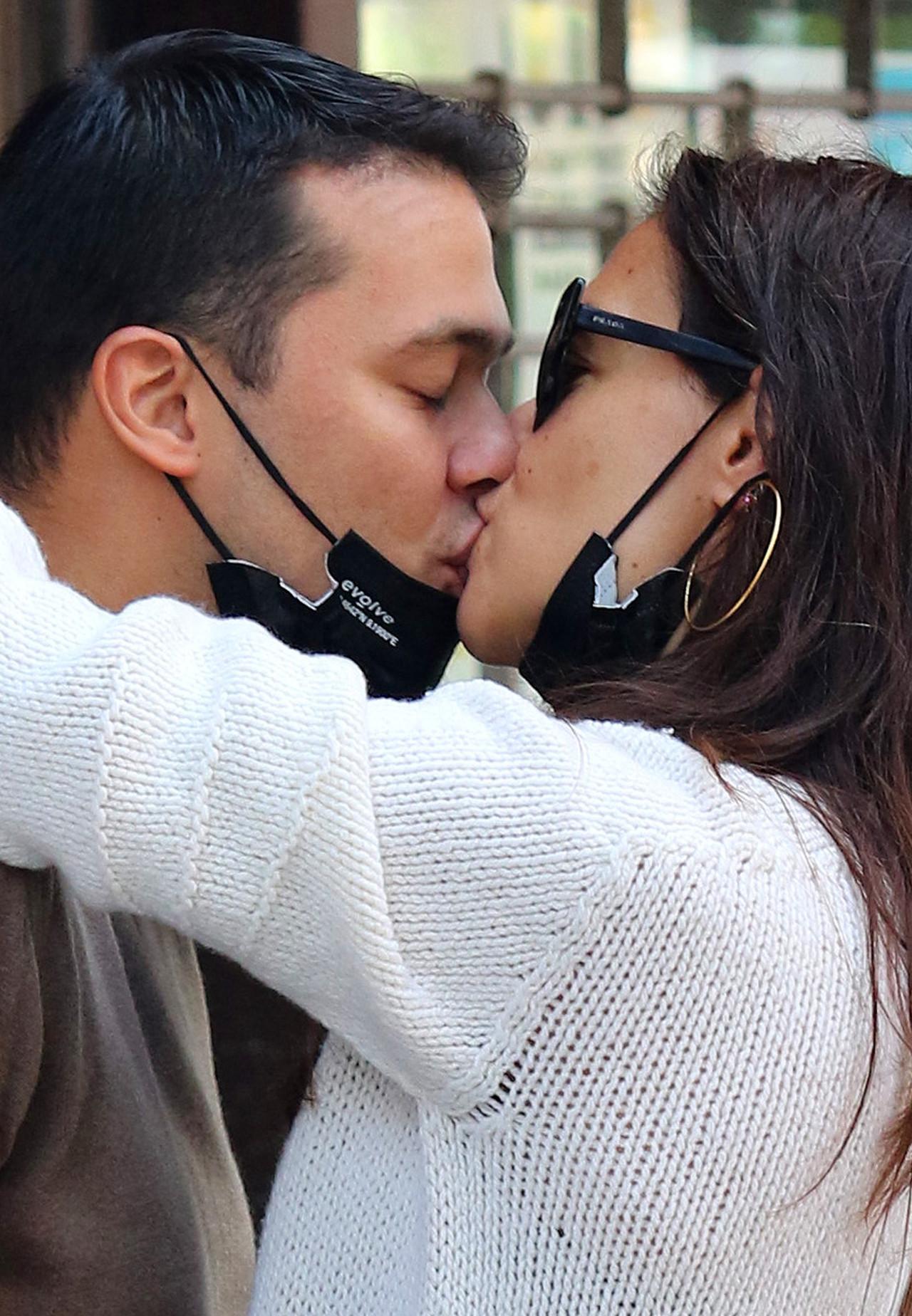 Katie Holmes całuje się z nowym partnerem