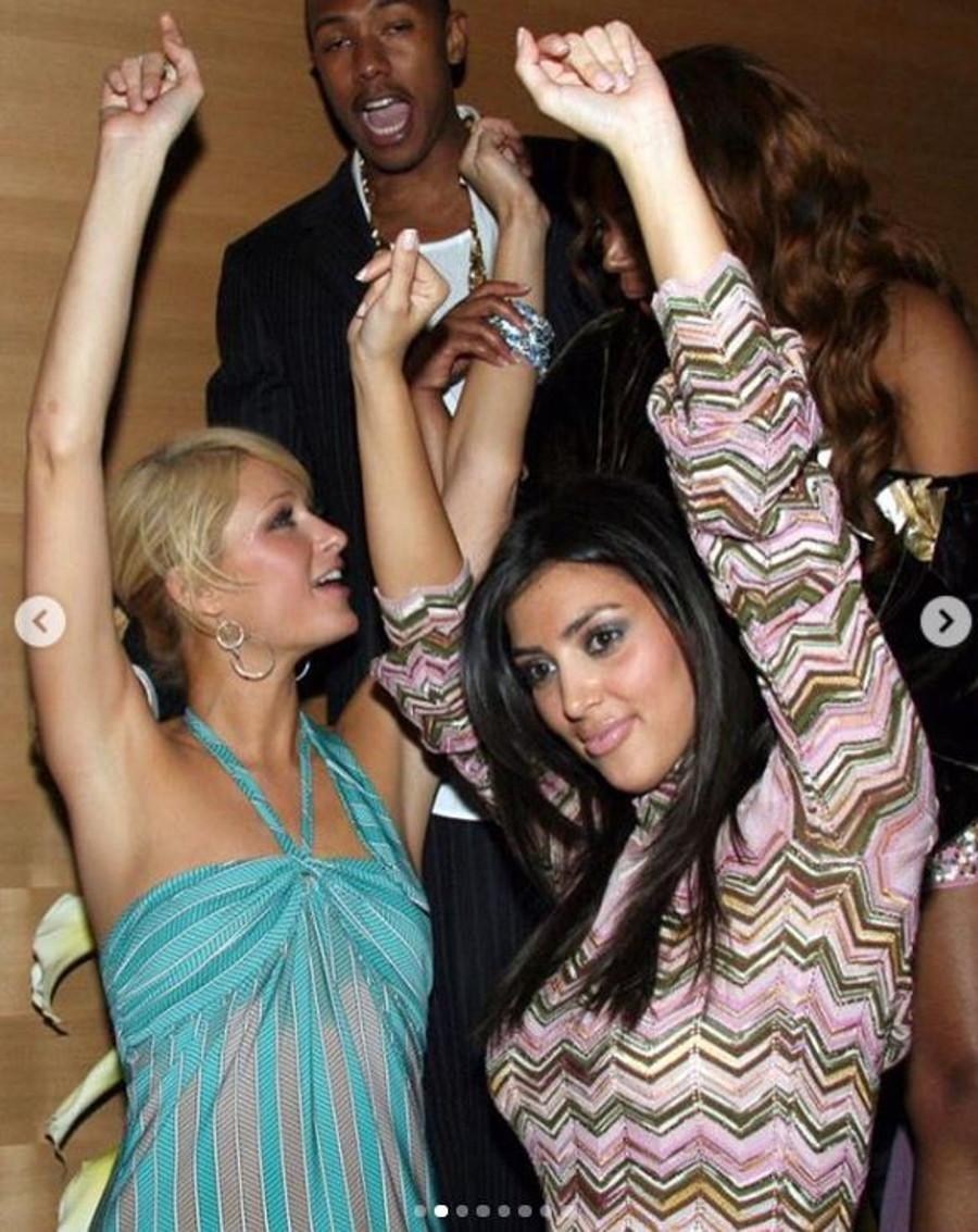 Paris Hilton i Kim Kardashian tańczą na imprezie.