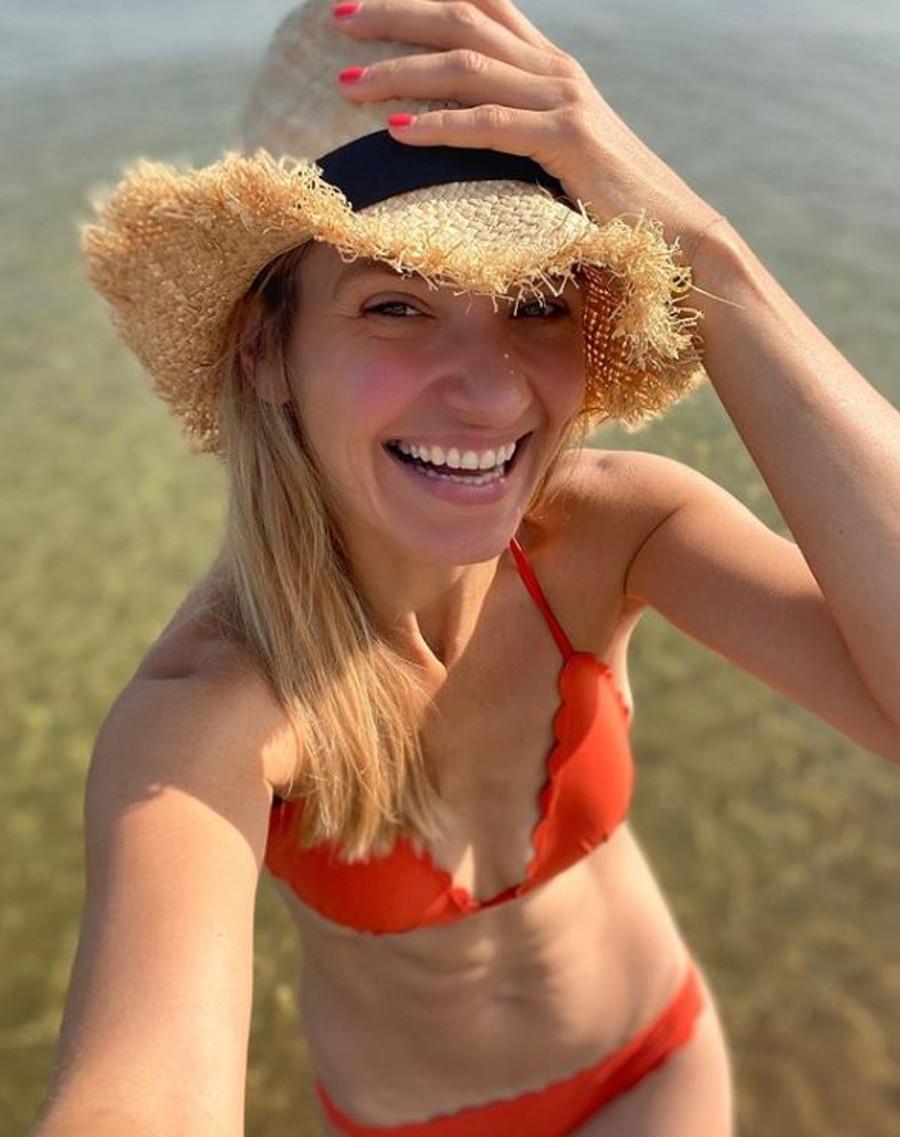 Joanna Koroniewska pokazuje płaski brzuch w bikini.