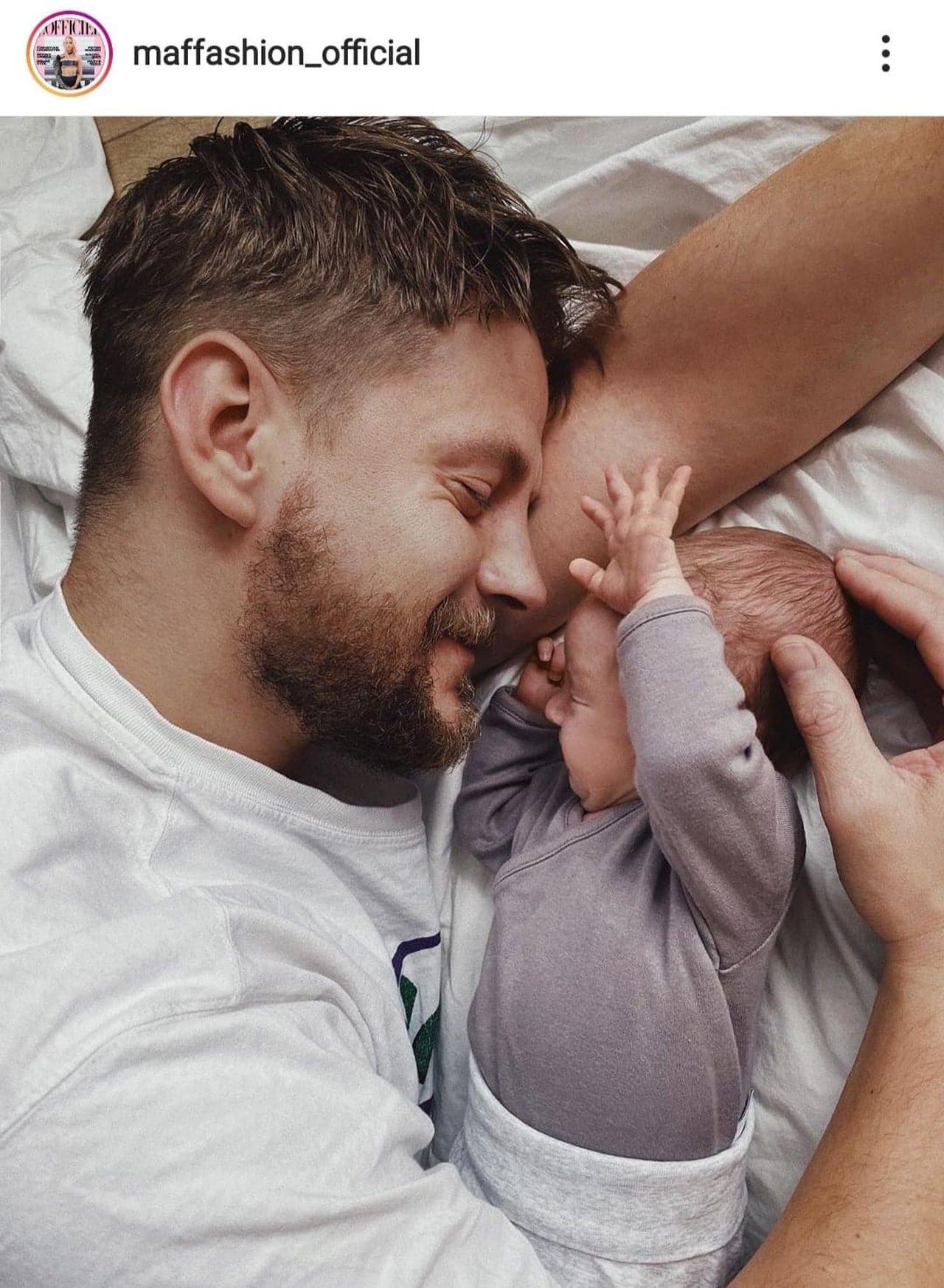 Sebastian Fabijański przytula się z synem.