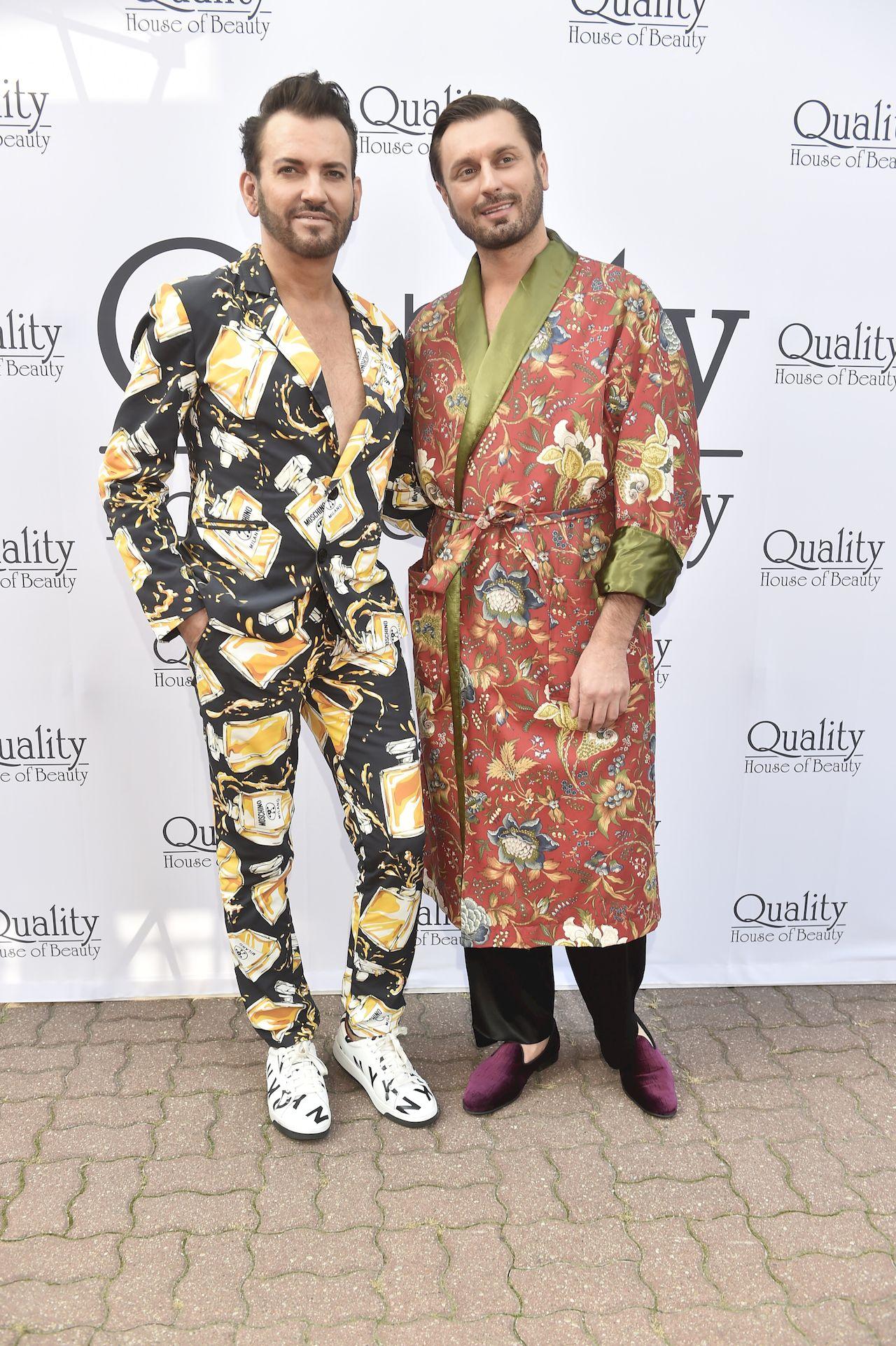 Rafał Grabias i Gabriel Seweryn w kolorowych garniturach na otwarciu salonu.