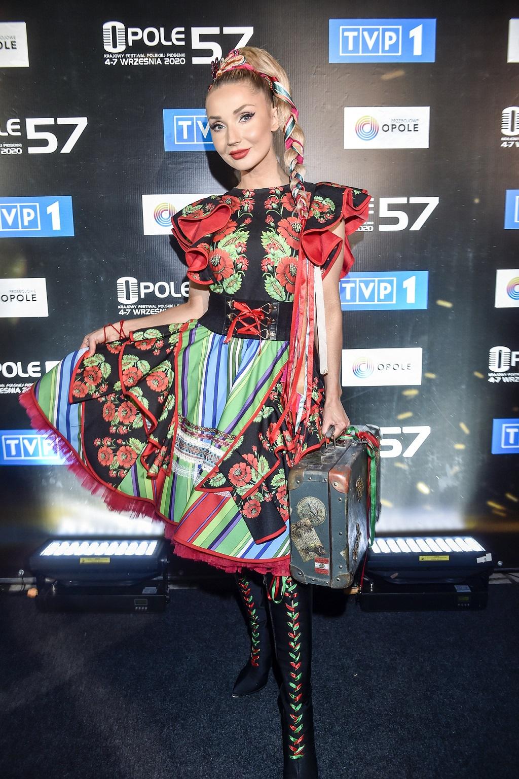 Cleo w słowiańskim stroju.