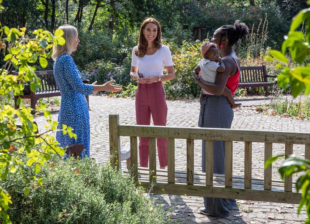 Księżna Kate na spotkaniu w parku z innymi rodzicami.