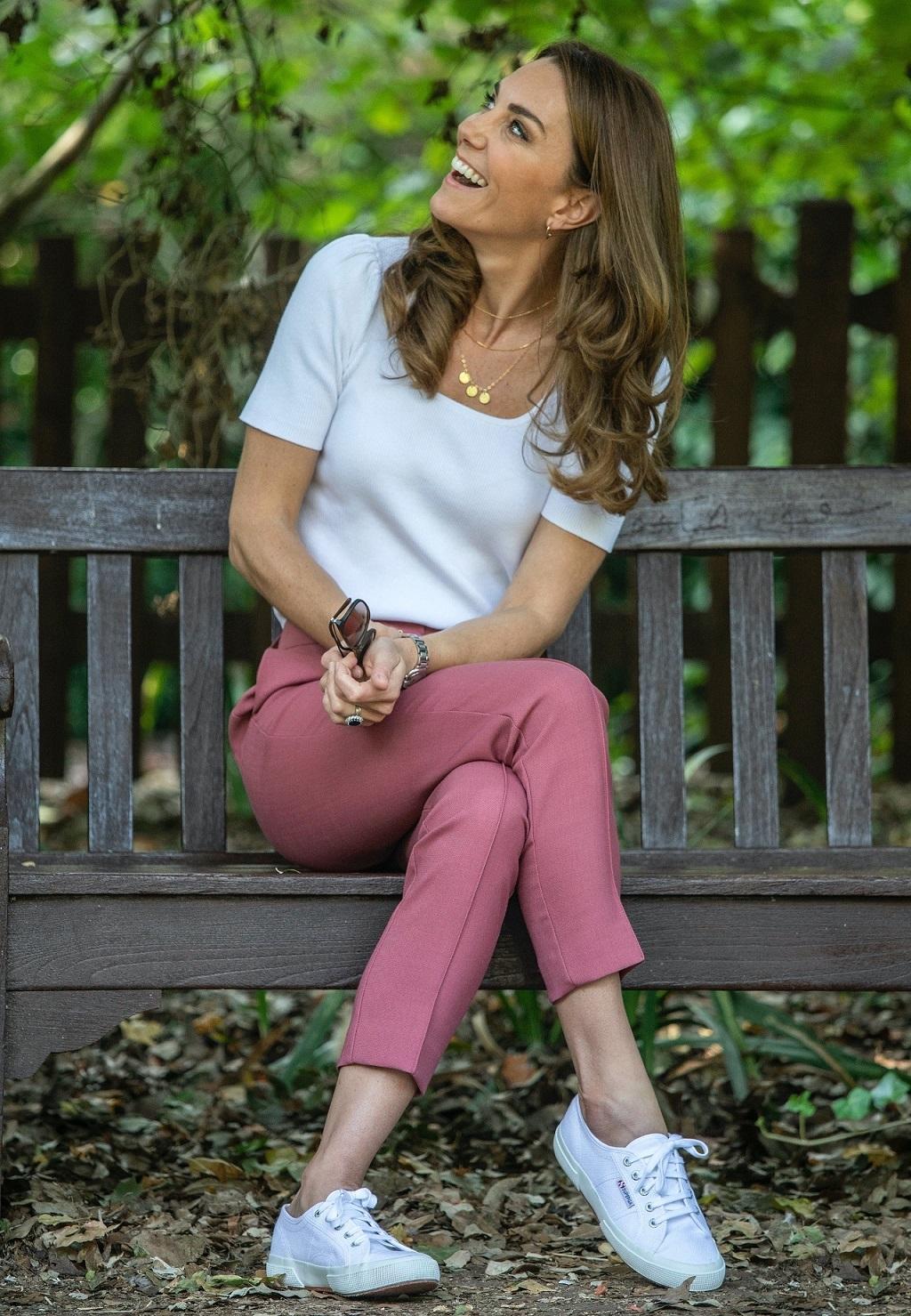 Księżna Kate w spodniach z sieciówki.
