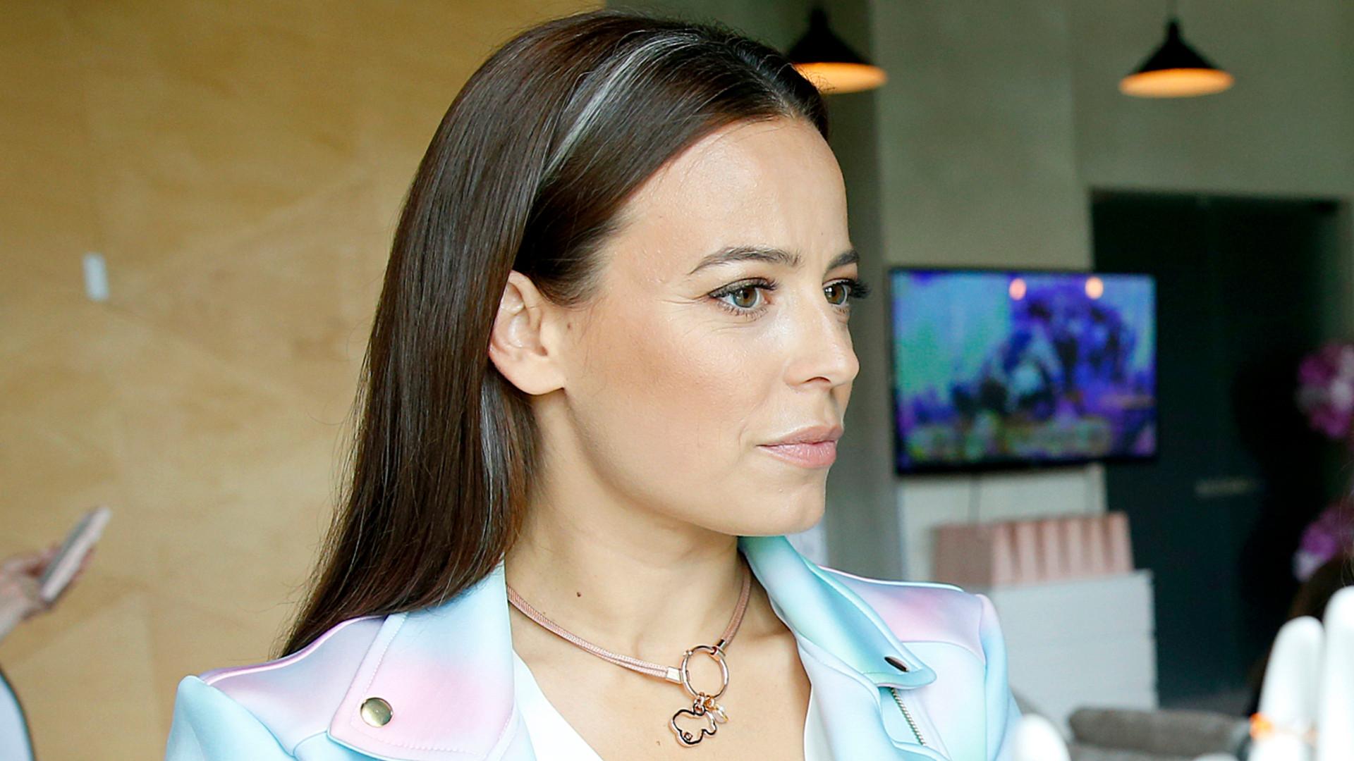 Anna Mucha z szarym pasem we włosach.