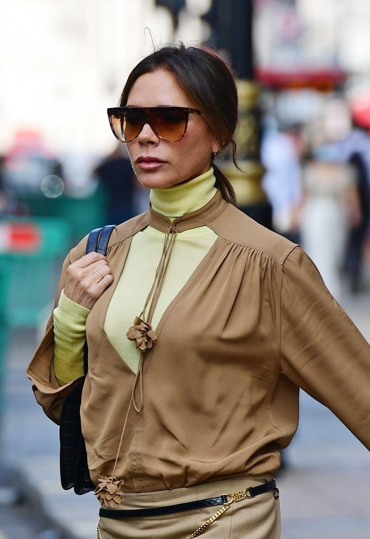 Victoria Beckham wychodzi z restauracji