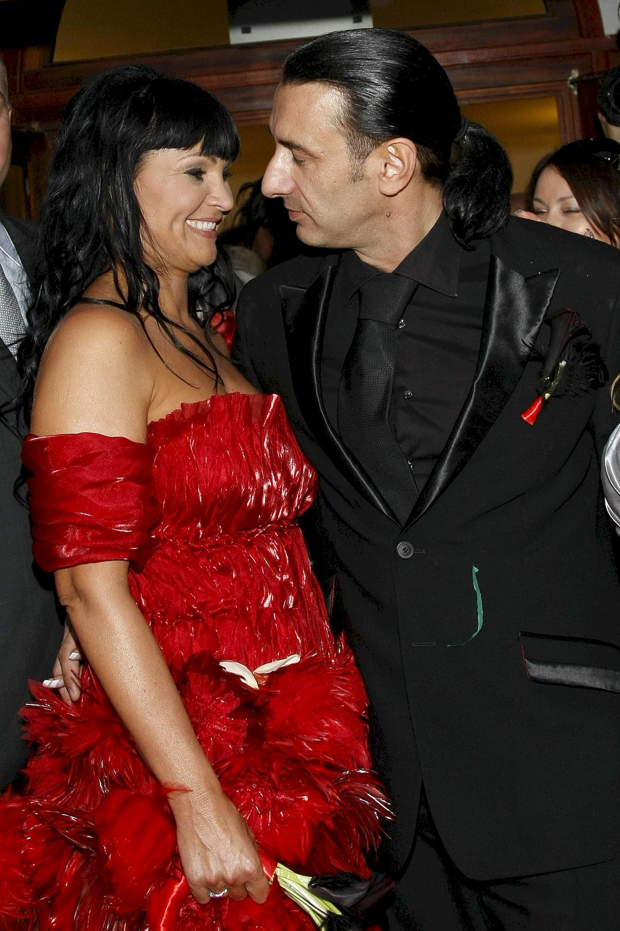 Ślub Iwony Pavlovic i Wojciecha Oświęcimskiego - panna młoda w czerwonej sukni