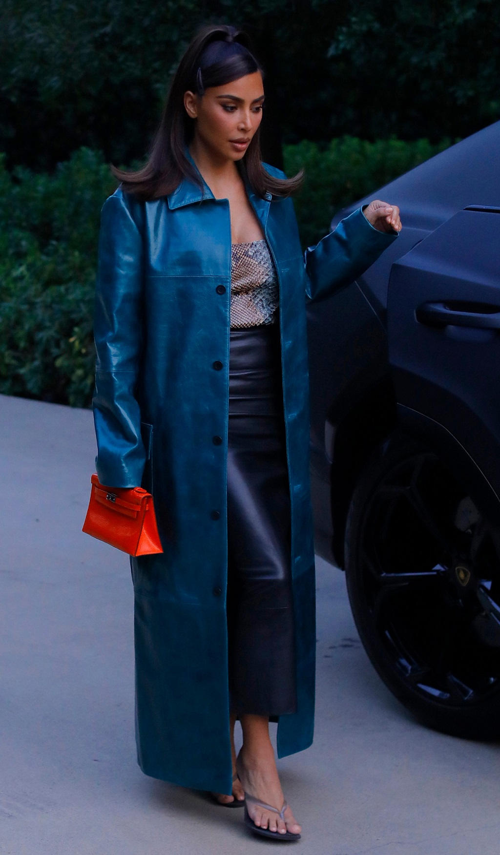 Kim Kardashian w skórzanym płaszczu.