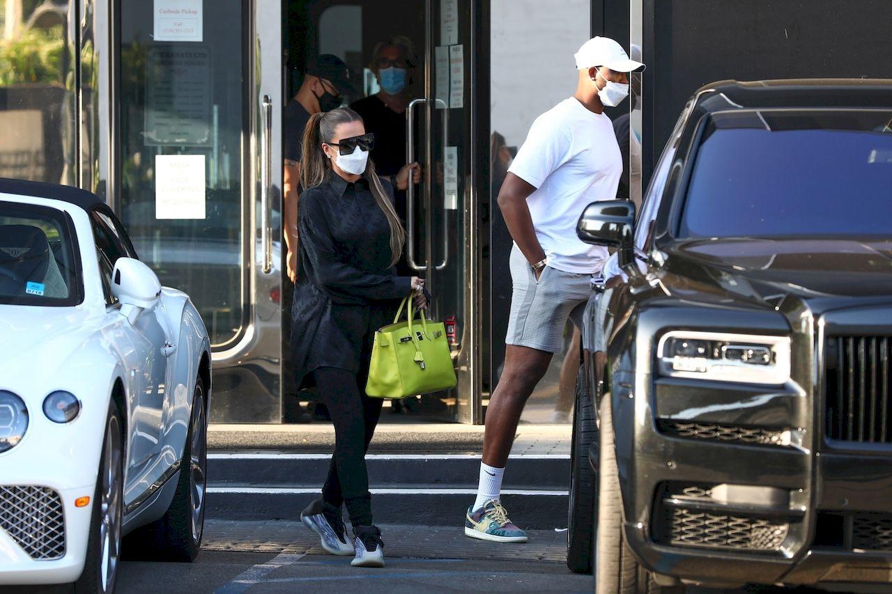 Sportowa Khloe Kardashian i Tristan Thompson wsiadają do auta.