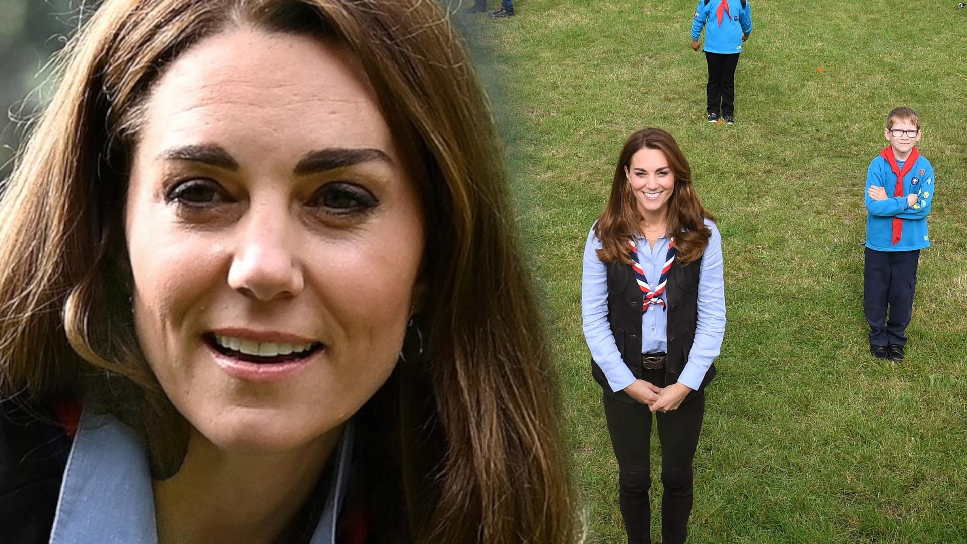 Księżna Kate spotkała się ze skautami. Te spodnie jeszcze bardziej podkreśliły jej chudziutkie nóżki