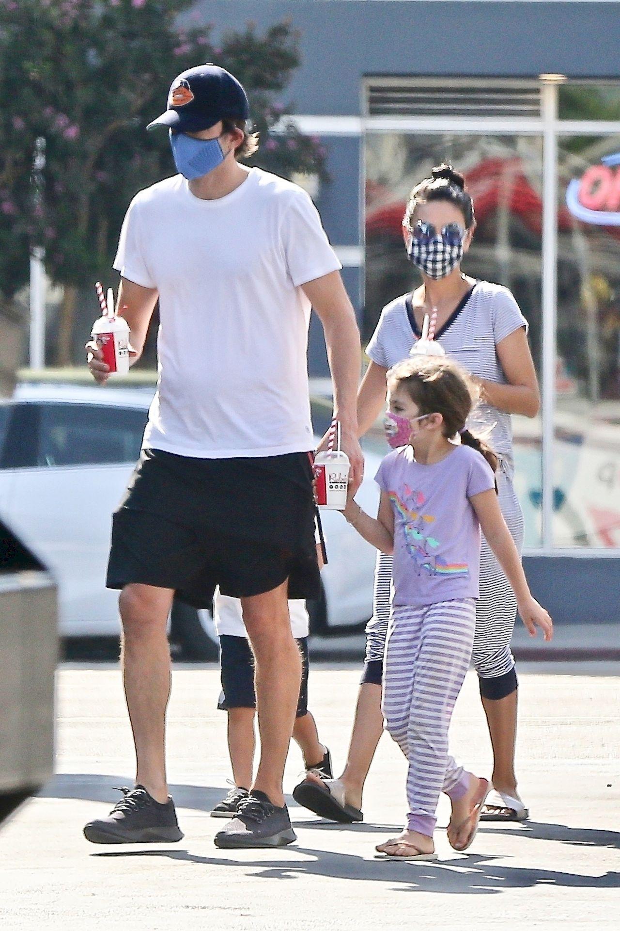 Mila Kunis i Ashton Kutcher z dziećmi na lodach