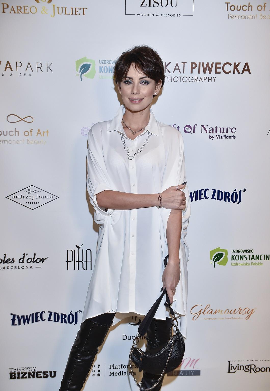 Dorota Gardias w białej koszuli na imprezie branżowej.