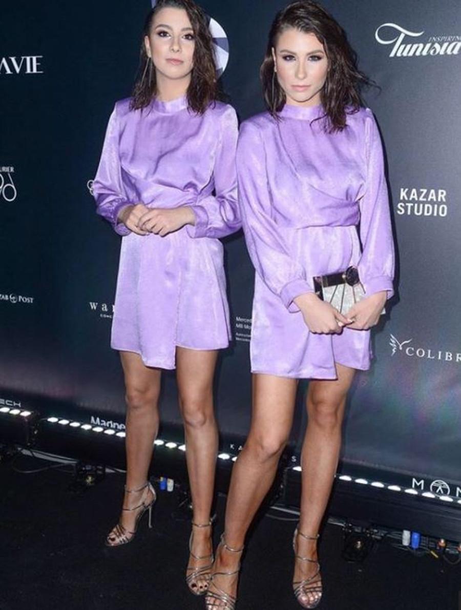 Siostry Szczepańskie w pasujących sukienkach na ściance.