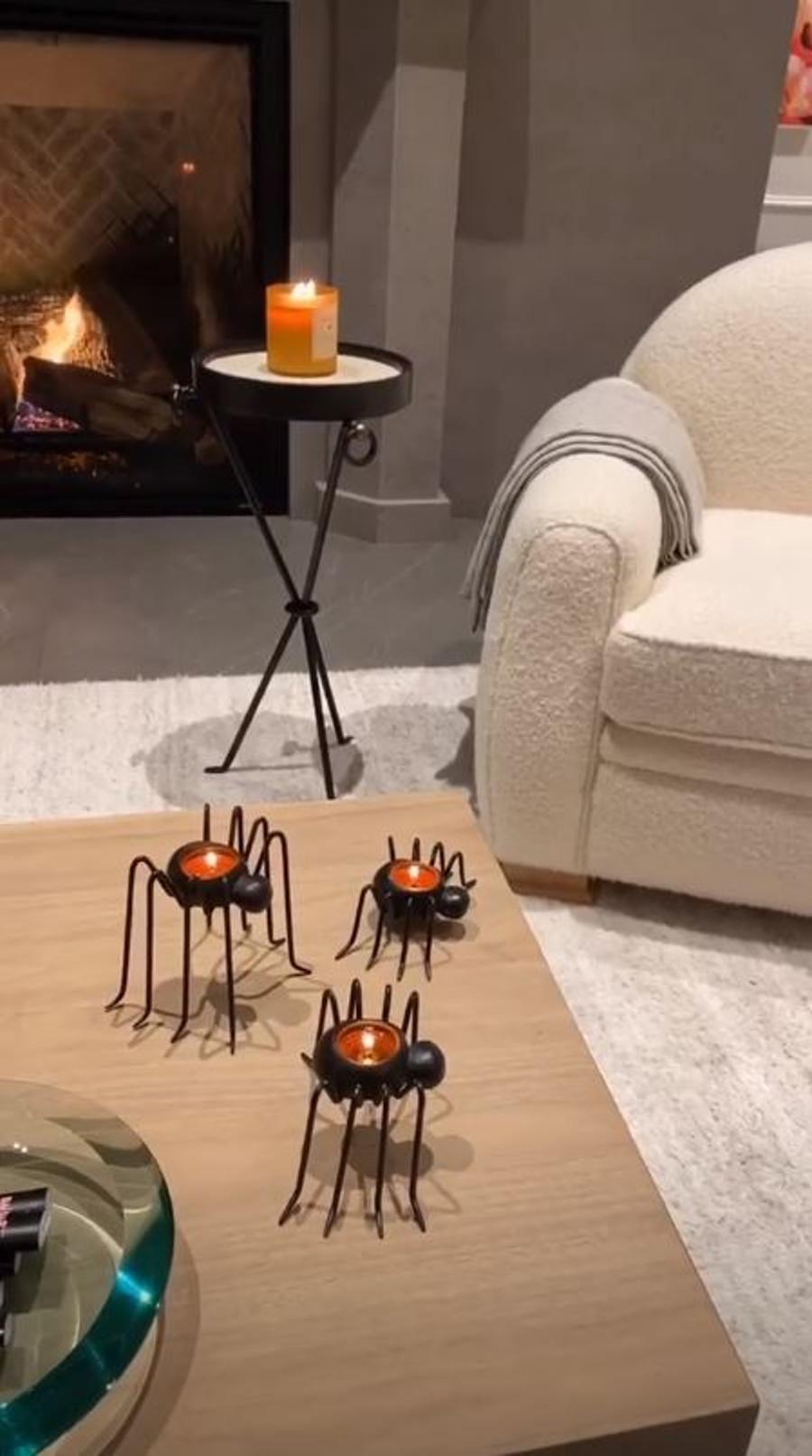 Kylie Jenner dekoruje dom na Halloween.