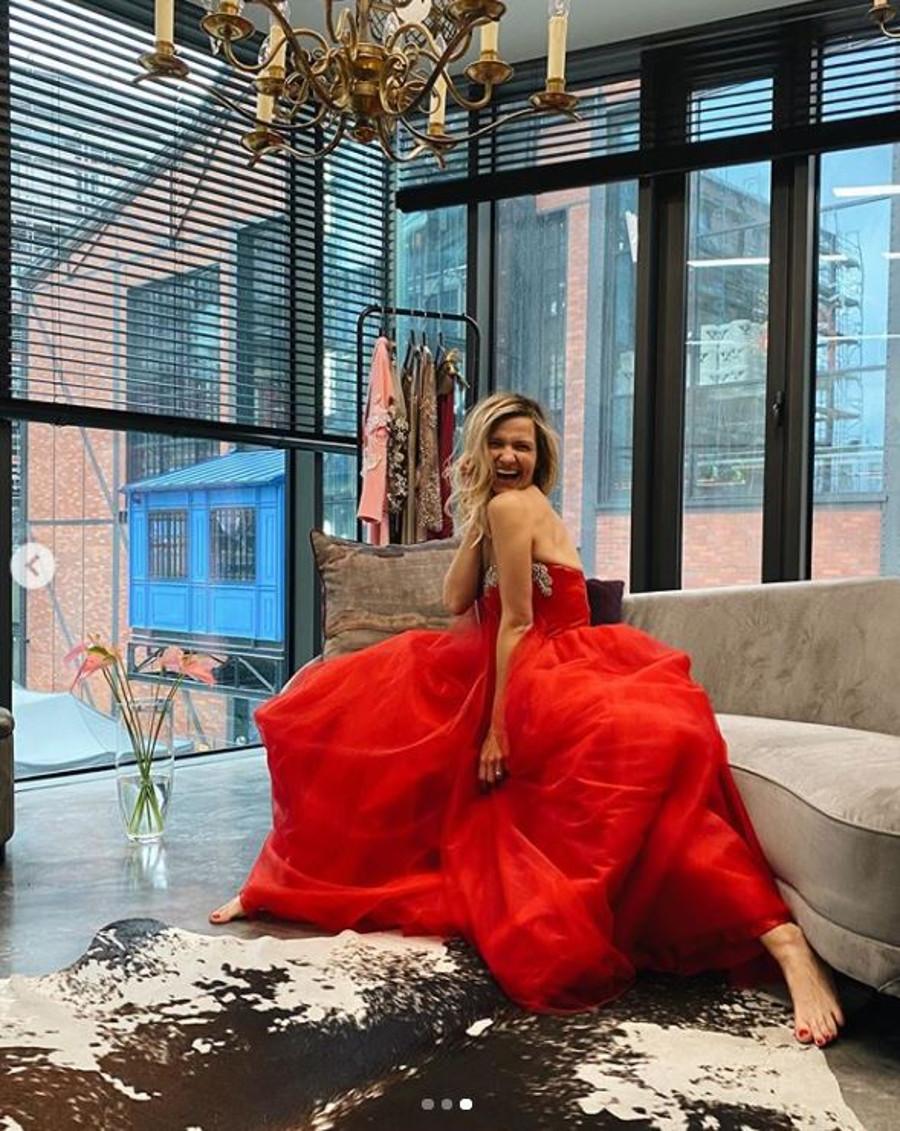 Joanna Koroniewska o ognistej sukni balowej.