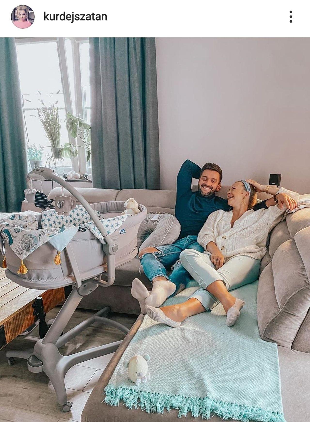Barbara Kurdej-Szatan z mężem na kanapie