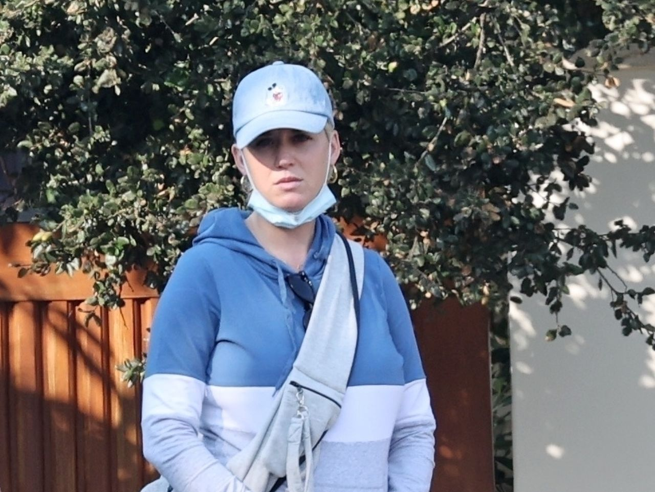Katy Perry w bluzie i czapce z daszkiem