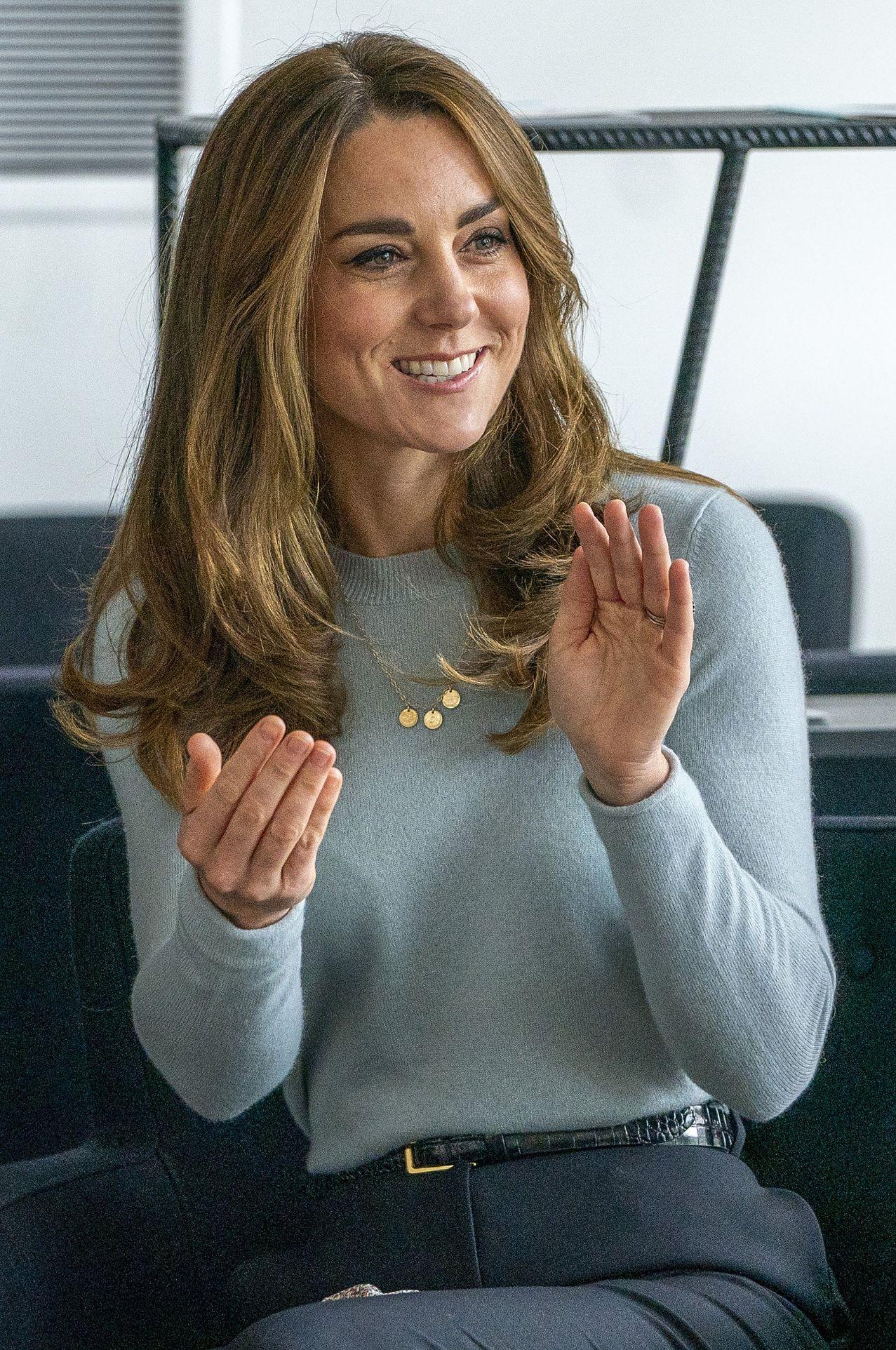 Księżna Kate klaszcze