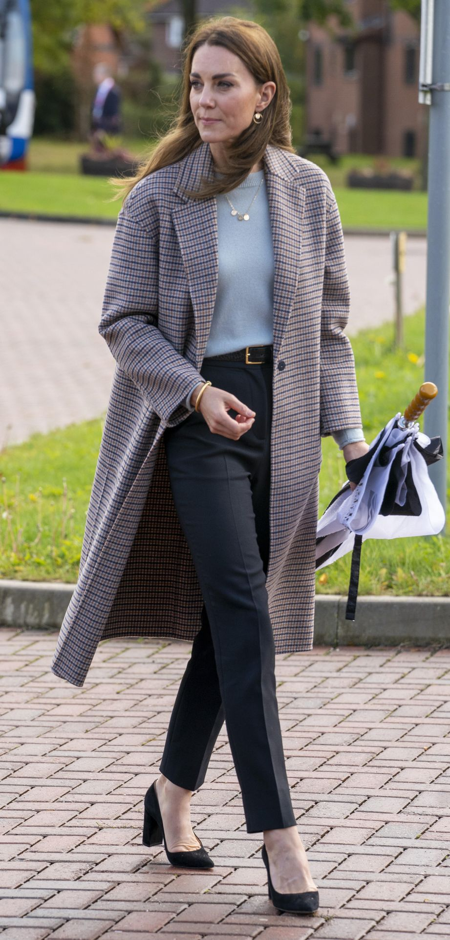 Księżna Kate w płaszczu w kratę